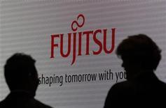 Fujitsu et Panasonic vont fusionner leurs activités de semi-conducteurs. Dans le cadre de la réorganisation, Fujitsu prévoit de supprimer environ 5.000 postes et de transférer 4.500 personnes vers sa nouvelle coentreprise. /Photo d'archives/REUTERS/Yuriko Nakao