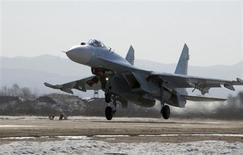 Истребитель SU-27SM садится на аэродроме под Владивостоком 14 февраля 2008 года. Япония подняла в воздух боевую авиацию, обнаружив два российских истребителя в своем воздушном пространстве рядом с Хоккайдо. Российская сторона утверждает, что не нарушала границу. REUTERS/Yuri Maltsev