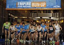 Départ de la course de l'Empire State Building. Les Australiens Mark Bourne et Suzy Walsham ont été les plus rapides à gravir cette année les 1.576 marches du célèbre gratte-ciel new-yorkais. /Photo prise le 6 avril 2013/REUTERS/Adam Hunger