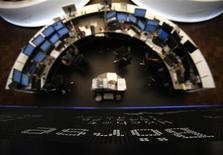 Les Bourses européennes progressent timidement, avec l'euro, jeudi à mi-séance, avant les déclarations de Mario Draghi sur la situation de la zone euro à l'issue de la réunion de la Banque centrale européenne. À Paris, le CAC 40 gagne 0,29% à 3.653,48 points vers 11h30 GMT. À Francfort, le Dax prend 0,4%, mais à Londres, le FTSE est stable. /Photo prise le 25 janvier 2013/REUTERS/Lisi Niesner