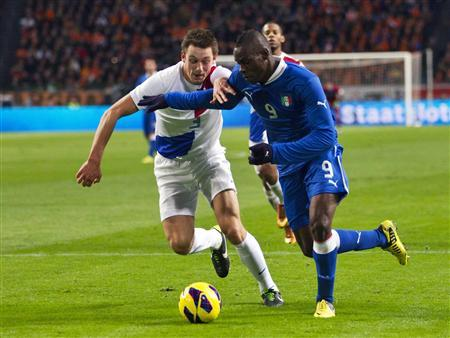 Italy's Mario Balotelli (R) fights for the ball with Netherlands' Stefan de Vrij during their international friendly soccer match in Amsterdam February 6, 2013. REUTERS/ Michael Kooren
