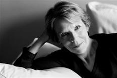 Cuando la autora Mary Blume se trasladó desde Nueva York a París a principios de los años 60, un amigo le presentó a Florette Chelot, la principal vendedora del diseñador español Cristóbal Balenciaga. En la imagen, la autora Mary Blume en esta imagen sin fecha cortesía de Farrar, Struas and Giroux proporcionada el 6 de febrero de 2013. REUTERS/Brigitte Lacombe/Handout ESTA IMAGEN HA SIDO PROPORCIONADA POR UN TERCERO. REUTERS LA DISTRIBUYE, EXACTAMENTE COMO LA RECIBIÓ, COMO UN SERVICIO A SUS CLIENTES. SÓLO PARA USO EDITORIAL, NI VENTAS NI ARCHIVOS NI PARA SU VENTA PARA CAMPAÑAS DE MARKETING O PUBLICIDAD.