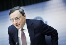 Le président de la Banque centrale européenne, Mario Draghi, a déclaré jeudi que l'activité économique dans la zone euro devrait se reprendre progressivement au cours de cette année. Il a également souligné qu'il y avait davantage de risques négatifs que des facteurs positifs susceptibles de remettre en cause cette perspective. /Photo prise le 7 février 2013/REUTERS/Lisi Niesner