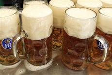 Canecas de cerveja são colocadas sobre a mesa durante o Oktoberfest, em Munique, em setembro de 2012. O aumento de 10 por cento no preço mínimo das bebidas alcoolicas pode levar à queda imediata e significativa no número de mortes relacionadas ao seu consumo e, a longo prazo, pode ter efeitos benéficos para a saúde. 28/09/2012 REUTERS/Michaela Rehle