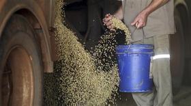 Un trabajador recolecta granos de soja durante el proceso de descarga en la fábrica Alvorada en Primavera do Leste, Brasil, feb 6 2012. Los precios mundiales de los alimentos se estabilizaron en enero tras haber caído en los últimos tres meses, dijo el jueves la agencia FAO de Naciones Unidas, pero advirtió que las cosechas arruinadas por malas condiciones climáticas podrían causar abruptas alzas por la estrechez de las existencias de granos. REUTERS/Paulo Whitaker