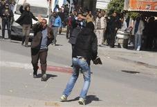 Unos manifestantes le piden a un policía de civil que no les dispare balines de goma contra ellos durante una protesta en Gafsa, Túnez, feb 6 2013. Los islamistas que gobiernan Túnez rechazaron el jueves un plan de dimisión presentado por el jefe de su partido y primer ministro del país tras el asesinato de un líder opositor que generó las mayores protestas callejeras desde la revolución que se produjo hace dos años. REUTERS/Stringer
