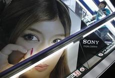Imagen de archivo de un anuncio de Sony en una tienda de artículos electrónicos en Tokio, feb 6 2013. Sony Corp mantuvo su pronóstico de ganancias para el año después de que un yen más débil y la venta de activos sostuvieran las utilidades, compensando una demanda más floja por sus televisores, consolas de juegos y otros dispositivos. REUTERS/Shohei Miyano