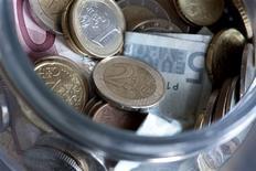 Le gouvernement a confirmé jeudi qu'il n'y aurait pas de revalorisation générale des salaires dans la fonction publique en 2013, mais fait un geste pour l'amélioration des carrières des plus basses rémunérations. /Photo d'archives/REUTERS/Bernadett Szabo
