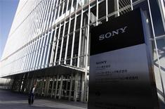 Foto de archivo de la casa matriz de Sony en Tokio, feb 9 2012. Sony Corp planea lanzar su nueva consola para el hogar Playstation 4 este año a unos 430 dólares, dando a la sucesora de la popular PS3 un panel de control táctil y un fácil acceso a las redes sociales como Twitter y Facebook, reportó el diario japonés Asahi. REUTERS/Yuriko Nakao