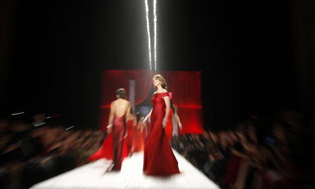 American journalist Savannah Guthrie presents a creation at the end of The Heart Truth's Red Dress Collection fashion show in New York, February 6, 2013. REUTERS/Carlo Allegri