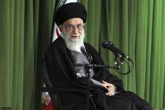 Foto de arquivo da mais alta autoridade do Irã, aiatolá Ali Khamenei, durante reunião com cientistas nucleares do Irã, em Teerã. Khamenei recusou nesta quinta-feira a oferta de negociações diretas feita pelo vice-presidente dos Estados Unidos, Joe Biden, esta semana, dizendo que não resolveria o problema entre os dois países. 22/02/2012 REUTERS/Khamenei.ir/Handout