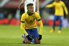 Neymar é visto durante jogo amistoso da seleção brasileira contra a Inglaterra, no estádio Wembley, em Londres. Com 11 lucrativos contratos de patrocínio, uma legião de fãs e morando numa cidade de praia, é fácil entender os motivos para Neymar ter decidido continuar no Brasil e rejeitar propostas da Europa. 06/02/2013 REUTERS/Stefan Wermuth