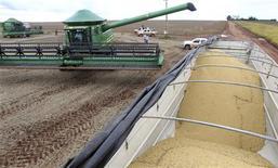 Caminhões fazem fila para receber carga de grãos de soja em fazenda na cidade de Primavera do Leste, no Mato Grosso. Já em fase de colheita, a safra brasileira de soja encaminha-se para registrar um recorde de 83,42 milhões de toneladas. 29/01/2013 REUTERS/Paulo Whitaker
