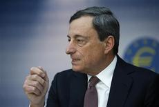 El presidente del Banco Central Europeo, Mario Draghi, durante una conferencia de prensa en la sede del organismo en Fráncfort, feb 7 2013. El Banco Central Europeo (BCE) vigilará el impacto del fortalecimiento del euro en la economía del bloque monetario, pero dijo que no es un objetivo formal de la política monetaria y que muestra una creciente confianza en la región. REUTERS/Lisi Niesner