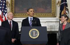 Presidente dos EUA, Barack Obama, fala ao lado do secretário do Interior, Ken Salazar (E), ao anunciar a indicação de Sally Jewell para o cargo na Casa Branca, em Washington. Obama cogita nomear o físico nuclear Ernest Moniz para o cargo de secretário de Energia. 06/02/2013 REUTERS/Yuri Gripas