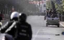 Los islamistas que gobiernan Túnez rechazaron el jueves un plan de dimisión presentado por el jefe de su partido y primer ministro del país tras el asesinato de un líder opositor que generó las mayores protestas callejeras desde la revolución que se produjo hace dos años. En la imagen, un agente de policía dispara balas lacrimógenas para disolver una protesta durante una manifestación en Túnez, el 7 de febrero de 2013. REUTERS/Anis Mili
