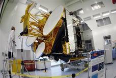 Eutelsat Communications fait état d'un carnet de commandes record à fin 2012 et confirme ses perspectives jusqu'à mi-2015 après avoir enregistré une croissance de 5,2% de son activité au premier semestre de son exercice 2012-2013 et une progression de 13,9% de son bénéfice net. /Photo d'archives/REUTERS/Eric Gaillard