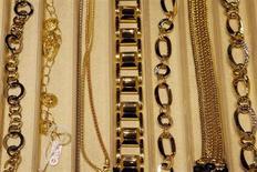 Rattrapé par la crise, le marché français de l'horlogerie-bijouterie a accusé un repli de 2% en valeur en 2012, après deux années consécutives de hausse, selon les chiffres publiés jeudi par le comité professionnel Francéclat. /Photo d'archives/REUTERS/Giampiero Sposito