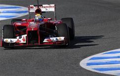 El campeón del mundo de Fórmula 1, Sebastian Vettel, se despejó el jueves tras el descanso invernal haciendo su primera prueba del año, mientras que Felipe Massa aumentó las esperanzas de los aficionados de Ferrari con la vuelta más rápida de la semana. En la imagen, el piloto de Ferrari de F-1, el brasileño Felipe Massa, toma una curva con su nuevo modelo F138 durante una sesión de entrenamiento en el circuito de Jerez, Cádiz, el 7 de febrero de 2013. REUTERS/Marcelo del Pozo