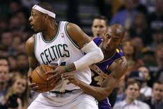 Paul Pierce des Boston Celtics à la lutte avec Kobe Bryant des Los Angeles Lakers. Boston a remporté jeudi soir son sixième succès consécutif en saison régulière de NBA en dominant 116-95 les Los Lakers qui sont à la peine pour s'assurer une place dans les play-offs. /Photo prise le 7 février 2013/REUTERS/Jessica Rinaldi