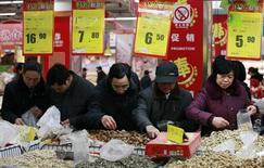 Las exportaciones e importaciones de China aumentaron en enero, los primeros datos concretos del año que apuntan a una fuerte demanda interna y una recuperación en la economía que no se explica únicamente por el período festivo del Año Nuevo Lunar. En la imagen del 8 de febrero se puede ver a unos chinos en un supermercado en la ciudad de Huaibei, en la provincia de Anhui. REUTERS/Stringer