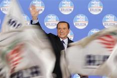 Il leader del Pdl Silvio Berlusconi tra le bandiere sventolate dai suoi sostenitori. REUTERS/Max Rossi
