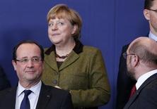 Il presidente francese Francois Hollande (a sinistra), la cancelliera tedesca Angela Merkel (al centro) e di spalle il presidente del parlamento europeo Martin Schulz al summit dei leader Ue a Bruxelles. REUTERS/Francois Lenoir