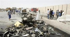 Pompieri a lavoro dopo un attentato a Baghdad. REUTERS/Ali al-Mashhadani
