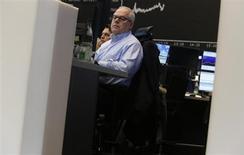 Un trader a lavoro nel corso di una seduta di borsa. REUTERS/Lisi Niesner