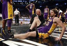 El ala-pívot de Los Angeles Lakers Pau Gasol estará de baja al menos entre seis y ocho semanas por una lesión en el pie, asestando un nuevo revés a su equipo, ya bastante mermado por las lesiones. En la imagen, Pau Gasol tras lesionarse en el partido contra los Brooklyn Nets en Nueva York, el 5 de febrero de 2013. REUTERS/Mike Segar