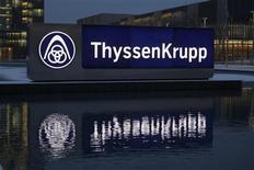 Le sidérurgiste ThyssenKrupp prévoit 500 millions d'euros d'économies budgétaires dans sa division Steel Europe, ce qui pourrait conduire au départ de 3.800 employés. /Photo d'archives/REUTERS/Ina Fassbender