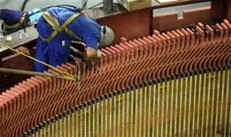 Operário conserta turbina na hidrelétrica de Furnas em São José da Barra, Minas Gerais. O emprego na indústria brasileira fechou 2012 com recuo de 1,4 por cento, interrompendo dois anos de altas, depois de cair 0,2 por cento em dezembro, informou o Instituto Brasileiro de Geografia e Estatística (IBGE). REUTERS/Paulo Whitaker