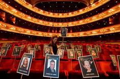 """El talento local sentirá la presión de ofrecer resultados el domingo en los premios BAFTA, donde se espera que Daniel Day-Lewis se lleve el de mejor actor por """"Lincoln"""", y cintas británicas tan dispares como """"Les Miserables"""" o """"Skyfall"""" optan a varios galardones. En la imagen, la empleada de producción Rosie Wiseman coloca marcadores de posición que representan a los invitados antes de los premios BAFTA en la Royal Opera House del centro de Londres, el 6 de febrero de 2013. REUTERS/Toby Melville"""