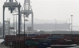 Le déficit commercial des Etats-Unis s'est réduit en décembre à son plus bas niveau depuis près de trois ans, laissant entendre que l'économie américaine a réalisé une performance meilleure que prévu au cours du quatrième trimestre 2012. /Photo prise le 4 décembre 2012/REUTERS/Mario Anzuoni
