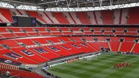 La UEFA ha bajado el precio de las entradas más baratas para la final de la Liga de Campeones, que se celebrará en el estadio londinense de Wembley, tras la indignación en torno al precio de las entradas para la misma cita hace dos años. En la imagen de archivo, los jugadores del Manchester United calientan en el campo antes de la última final de la Liga de Campeones celebrada en Wembley en 2011. REUTERS/Paul Hanna