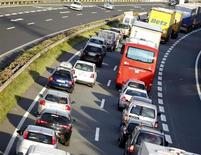 Los fabricantes europeos están explotando las vulnerabilidades de las pruebas para exagerar las credenciales ecológicas de sus vehículos, dijo un estudio oficial de la Comisión Europea. En la imagen, fils de coches en una autopista de Austria en Vomp el 28 de septiembre de 2012. REUTERS/Dominic Ebenbichler