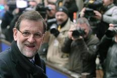 Los dirigentes de la Unión Europea alcanzaron un acuerdo sobre los planes presupuestarios del bloque a largo plazo tras más de 24 horas de negociación, dijo el presidente del Consejo Europeo. En la imagen, el presidente del Gobierno español, Mariano Rajoy, regresa a la cumbre tras un breve descanso para discutir el presupuesto a largo plazo de la Unión Europea, en Bruselas, el 8 de febrero de 2013. REUTERS/Eric Vidal