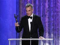 """Daniel Day-Lewis aceita prêmio de melhor ator protagonista pelo filme """"Lincoln"""" no Screen Actors Guild Awards, em Los Angeles. 27/01/2013 REUTERS/Lucy Nicholson"""