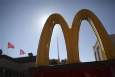 Les ventes de McDonald's ont baissé de 1,9% en janvier dans les restaurants ouverts depuis plus d'un an, ce qui marque un déclin supérieur aux attentes. Le restaurateur prévient que la morosité économique qui règne sur ses principaux marchés n'encouragera pas ses clients potentiels à la consommation. /Photo prise le 30 janvier 2013/REUTERS/Robert Galbraith