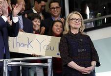 La ex secretaria de Estado Hillary Clinton es la política más popular de Estados Unidos, superando a compañeros demócratas como el presidente Barack Obama y el vicepresidente Joe Biden, así como a destacados republicanos, según un sondeo nacional. En la imagen, Hillary Clinton recibe el aplauso antes de su marcha como secretaria de Estado en su último día en la oficina, en el Departamento de Estado, en Washington, el 1 de febrero de 2013. REUTERS/Kevin Lamarque