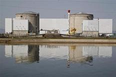 La centrale nucléaire de Fessenheim, dans le Haut-Rhin, dont la fermeture est prévue. Selon une étude publiée par Greenpeace, la France devrait fermer neuf autres réacteurs d'ici 2017 pour atteindre l'objectif de réduction à 50% de la part du nucléaire dans la production d'électricité, l'une des promesses de François Hollande. /Photo d'archives/REUTERS/Vincent Kessler