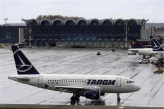 La compagnie aérienne nationale roumaine Tarom a été contrainte d'annuler un vol en partance de Londres, le pilote de l'appareil étant apparemment en état d'ébriété. /Photo d'archives/REUTERS/Bogdan Cristel