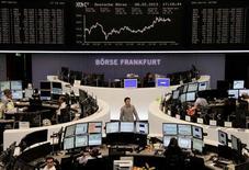 El rebote del sector bancario ayudó el viernes a las bolsas europeas a cerrar en alza, tras los datos económicos que apuntaron a una recuperación potencialmente más firme del crecimiento global y que avivaron la demanda de acciones en las bolsas. En la imagen, operadores en sus mesas frente al índice DAX en la bolsa de Fráncfort, el 8 de febrero de 2013. REUTERS/Remote/Janine Eggert