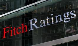 Fitch Ratings dijo el viernes que ha mantenido el rating soberano a largo plazo de España en 'BBB' al considerar que la deuda pública del país seguirá por debajo del 100 por ciento del Producto Interior Bruto. Sin embargo, la perspectiva del rating es negativa, lo que significa que podría rebajarlo en los próximos meses. En la imagen, una bandera reflejada en la ventana de Fitch Ratings en Nueva York, el 6 de febrero de 2013. REUTERS/Brendan McDermid