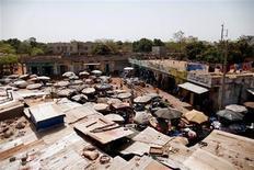 Soldados del Gobierno de Mali y la Policía abrieron fuego el viernes contra las familias de los paracaidistas leales al depuesto presidente en su base en la capital Bamako, matando o hiriendo a varias personas, según testigos. En la imagen, una vista general del mercado en la capital maliense, Bamako, el 7 de febrero de 2013. REUTERS/Benoit Tessier