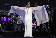 """Foto de arquivo da cantora britânica Shirley Bassey durante apresentação em Londres, em 2012. Bassey, que gravou as canções-tema para os filmes de James Bond """"007 contra Goldfinger"""", """"007 - Os Diamantes são Eternos"""" e """"007 contra o foguete da morte"""", fará sua primeira aparição na cerimônia de entrega dos prêmios da Academia neste mês, disseram os produtores do evento na sexta-feira. 04/07/2012 REUTERS/David Moir"""