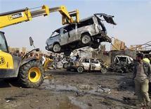 Un iraquí observa los restos de un vehículo tras un ataque con bomba en Bagdad, feb 8 2013. El estallido de cinco coches bomba provocó el viernes la muerte de al menos 34 personas en zonas chiíes de Irak, indicaron médicos y la policía, mientras se intensifica la tensión sectaria y étnica de cara a elecciones provinciales que tendrán lugar en abril. REUTERS/Thaier Al-Sudani