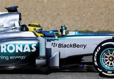 La Fórmula Uno debe mantener la subida de los costes bajo control para ayudar a salir adelante a equipos con problemas económicos, aunque hablar de una crisis inminente está lejos de la realidad, según dijeron los directores de las escuderías. En la imagen, el piloto de Fórmula 1 de Mercedes Nico Rosberg en su nuevo W04 durante una sesión de entrenamiento en Jerez, el 7 de febrero de 2013. REUTERS/Marcelo del Pozo