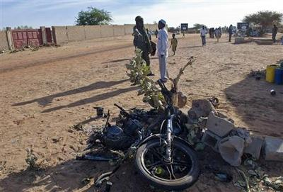 French charge north in Mali, Bamako shooting kills two