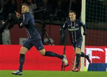Jérémy Ménez (à gauche) a inscrit le premier but parisien face à Bastia vendredi au Parc des Princes. Le Paris Saint-Germain a battu vendredi Bastia 3-1 au Parc des Princes et consolidé sa première place en Ligue 1. /Photo prise le 8 février 2013/REUTERS/Gonzalo Fuentes